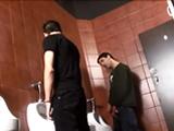 encuentro casual en un baño publico