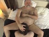 Hombre gordito follándose a su hijo