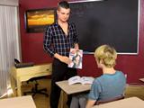 Sorprende a su alumno con una revista porno