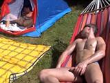 Amigos gays juntos de camping