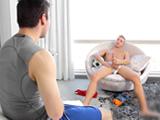 Comparte habitación con su hermano