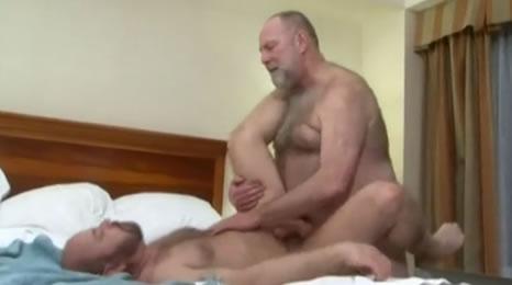 Encuentro entre dos cuñados en un hotel
