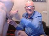 Abuelo dando placer a un jovencito