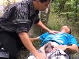 Doctor atiende a un chico de urgencia