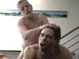 Padre folla con su hijo a escondidas