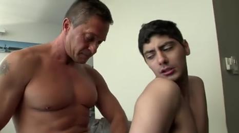 gay pillado por su padre pajeandose