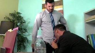 Ejecutivos gays follando a escondidas en el trabajo