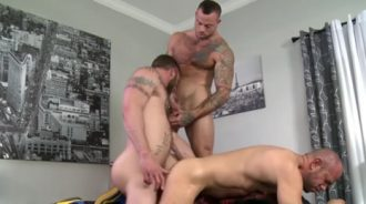 Amigos maduritos se montan un trío porno