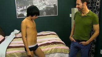 Padre se pone cachondo al ver a su hijo desnudo