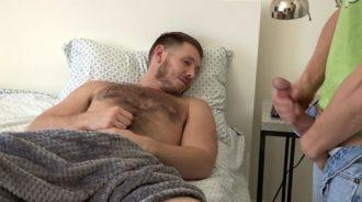 Pilla a su hermano pajeándose mientras duerme