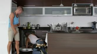 Se folla al técnico de mantenimiento en su casa