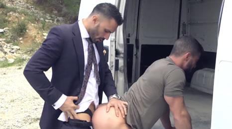 Hombre de negocios se folla al repartidor