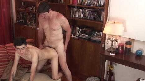 Hijo consigue seducir a su padre