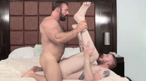 maduros follando y musculosos pajeandose gays