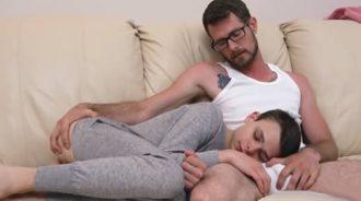 Su hijo se durmió sobre sus rodillas y…