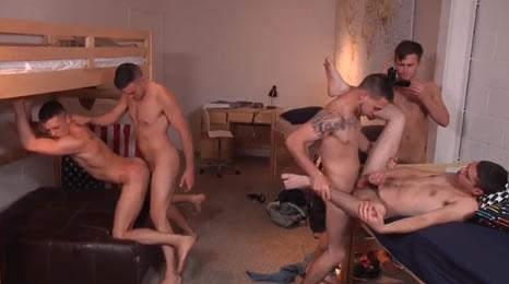 Jóvenes universitarios tienen sexo en grupo