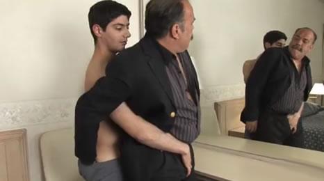 Hijo seduce a su viejo padre