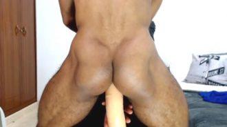 Latino masturbándose frente a su webcam porno