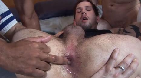 Con el culo destrozado tras hacer un trío