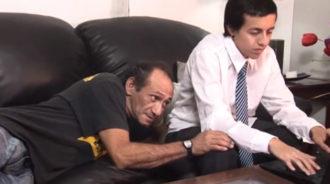 Padre intenta seducir a su hijo y le sale bien