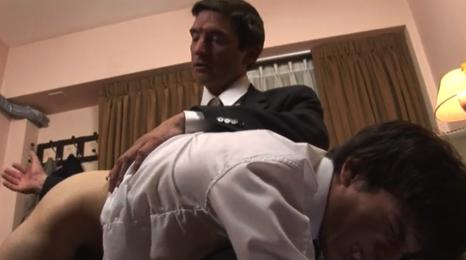 El director del instituto se folla a uno de sus alumnos de 18 años