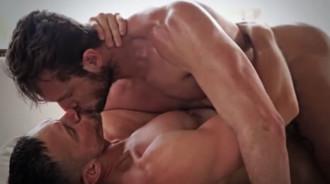 Maduros musculosos hacen el amor hasta correrse