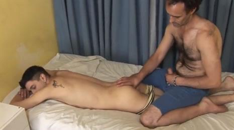 Padre masajeaba a su hijo y se puso muy caliente