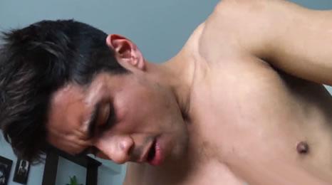 Penetrando el culo hetero de un joven latino por dinero