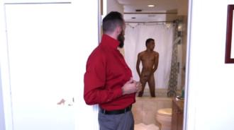 Se excita al ver a su hijastro en la ducha