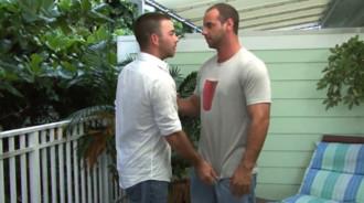 Intentó seducir a su vecino y le salió bien