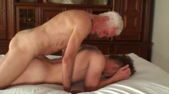 El abuelo me ha follado el culo