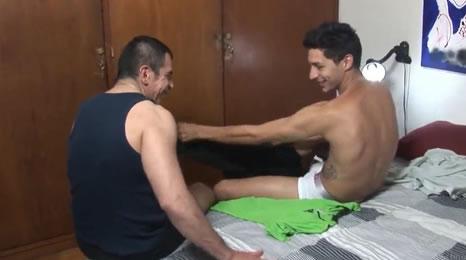 Padre por fin consigue follarse a su hijo