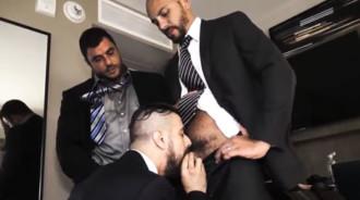 Hombres de negocios se montan un trío casero