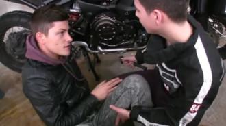 Iba a ayudar a su amigo con la moto y acabaron follando