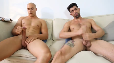 Amigos heteros se pajean juntos viendo revistas porno