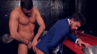Latino hetero follado en un baño público