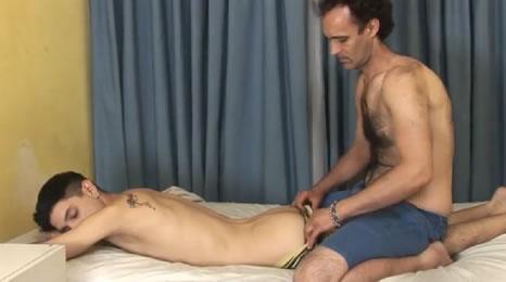Padre se folla a su hijo, él solo quería un masaje pero…
