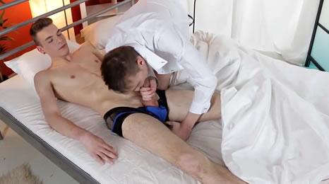 Despierta a su novio con una mamada