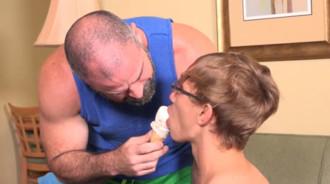 Papá me hizo comerme un helado para luego meterme su polla