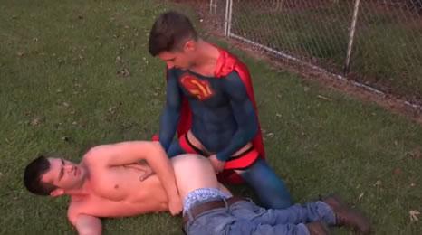 Supermán demuestra que le gustan los tíos cuando se pone cachondo