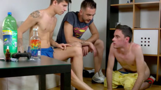 Jovencito humillado y follado por sus dos mejores amigos