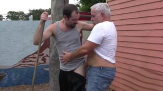 Su vecino se puso cachondo y fue a por él