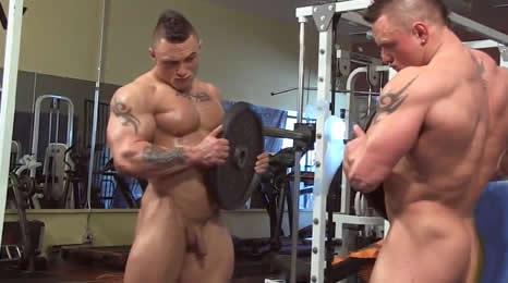 Culturista pajeándose en el Gym