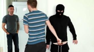 Lo pilla robando y se lo folla a espaldas de su novio