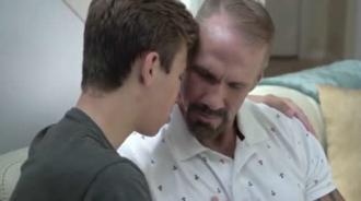 Se lanzó a besar a su padre por sorpresa