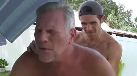 El viejo se lo hizo con el limpia piscinas, buenas vacaciones