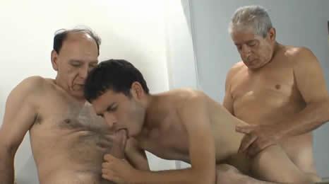 Tuvo que hacer un trío con dos viejos para trabajar