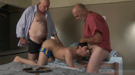 Viejo le propuso a su amigo follarse a un jovencito