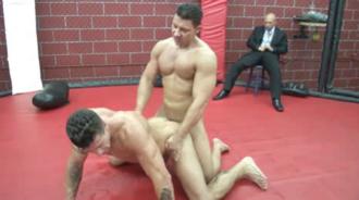 Luchadores acaban follando en el ring