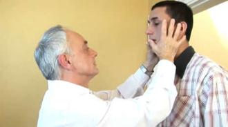 Profesor de inglés folla con su joven alumno